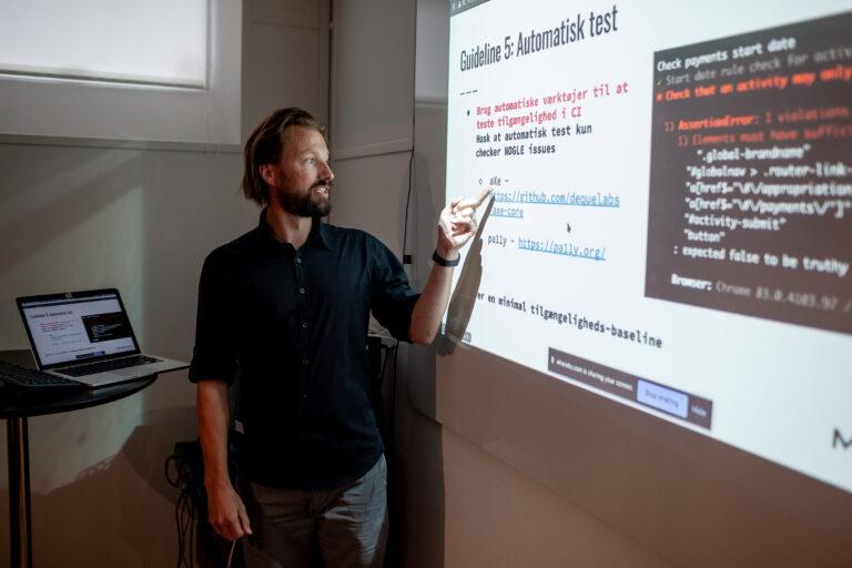 Frank Thomsen fremlægger resultaterne fra sin workshop omkring tilgængelighed under Magentas udviklerdage